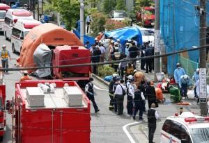 小学生を含む複数の人が刺された現場を調べる捜査員ら=28日午前、川崎市多摩区