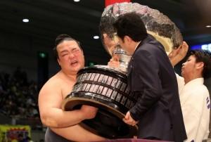 内閣総理大臣杯を受け取る時、顔をゆがめる稀勢の里=2017年3月26日20170326エディオンアリーナ大阪