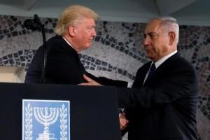 12月4日、トランプ米大統領は、在イスラエル米国大使館のテルアビブからエルサレムへの移転するかどうかの発表を控える見込みだ。ホワイトハウスの報道官が明らかにした。写真は5月にエルサレムでネタニヤフ首相と握手する同大統領(2017年 ロイター/Jonathan Ernst)